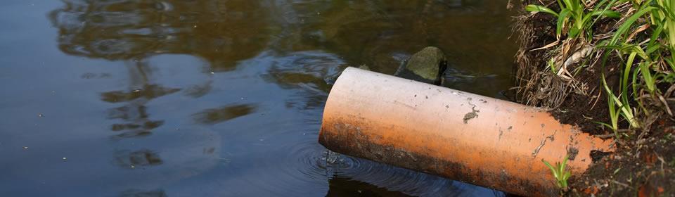 riool die uitmondt in water